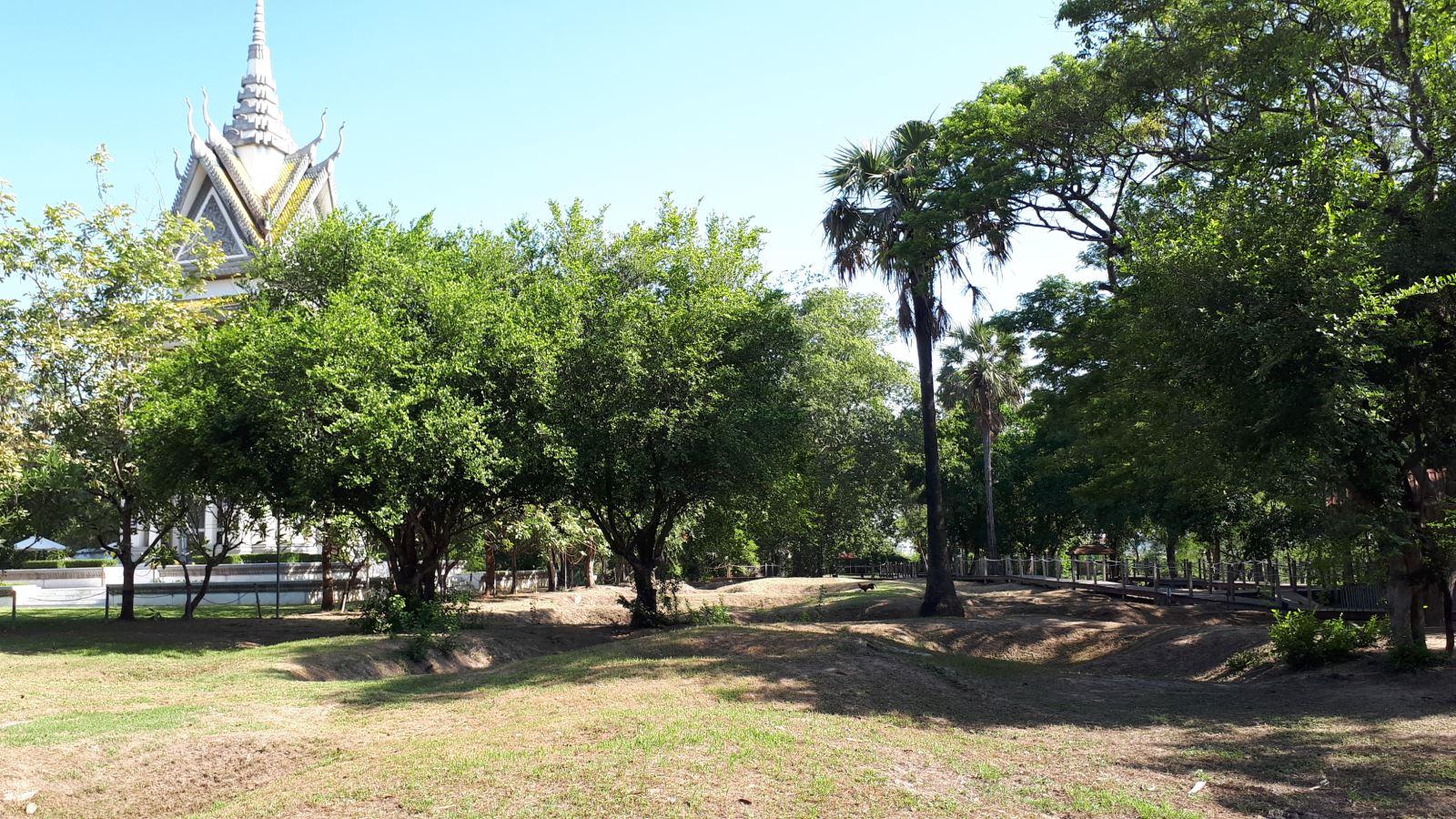 Những hố chôn tập thể được giữ nguyên trang dưới những tán cây xanh ở Cánh đồng chết Campuchia