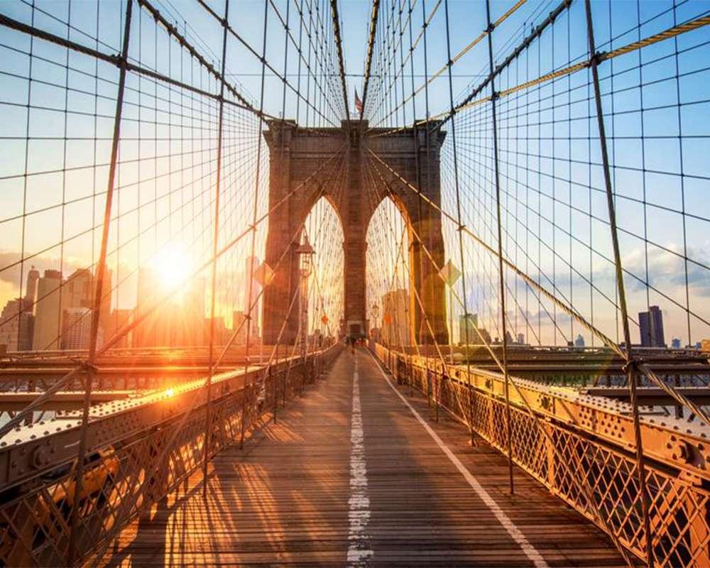 Cây cầu Brooklyn dài, rộng lớn và có kiến trúc độc đáo dưới ánh nắng hoàng hôn tuyệt đẹp
