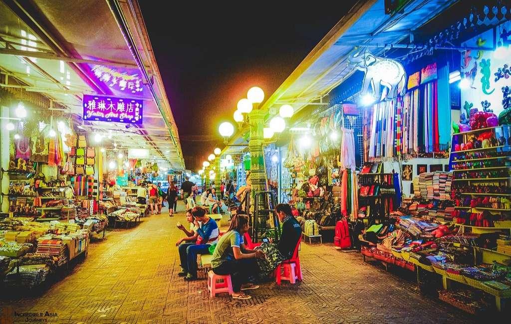 Chợ đêm Campuchia với nhiều gian hàng đa màu sắc, nhiều người mua bán
