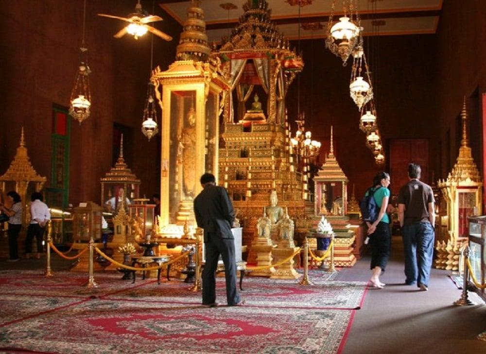 Kiến trúc và các bức tượng bên trong chùa vàng chùa bạc đều bằng vàng