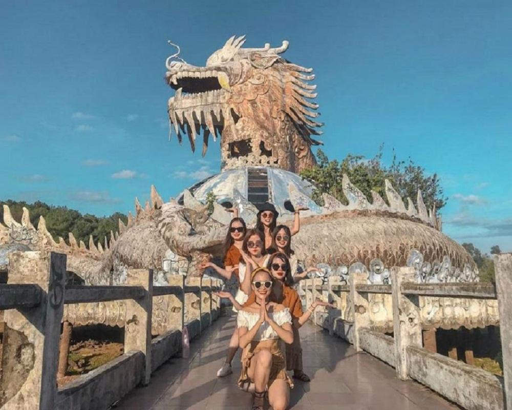 Nhóm bạn nữ check in tại công viên hồ thuỷ tiên kiến trúc có hình đầu rồng