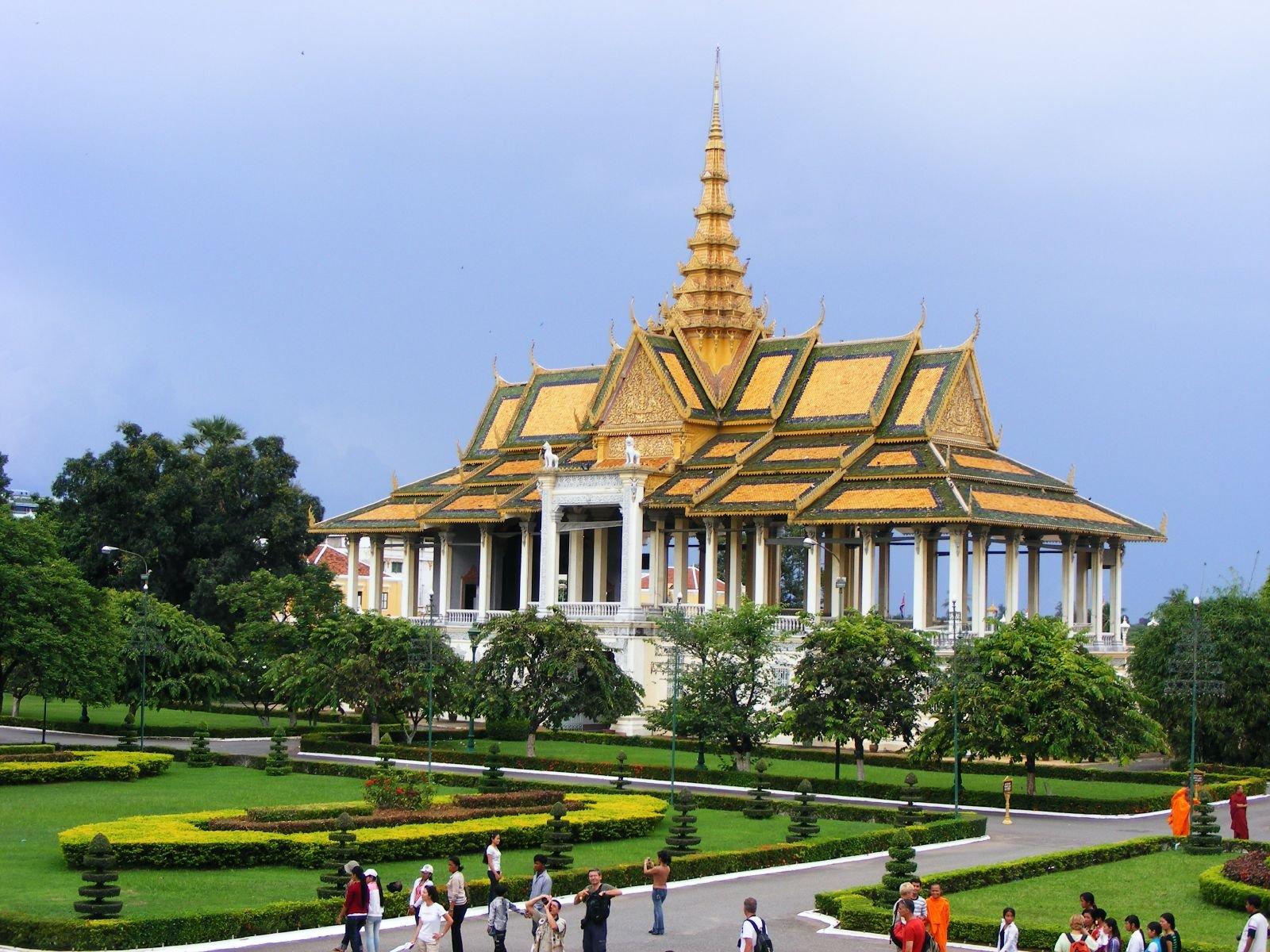Cung điện hoàng gia nguy nga với những quần thể đền chùa mái vàng đang có nhiều du khách