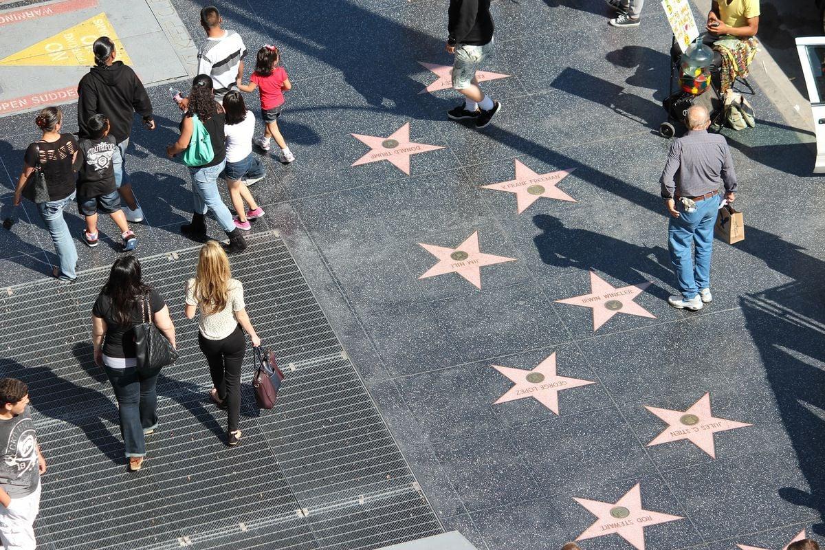 Dòng người đi lại trên đại lộ Danh Vọng có những ngôi sao 5 cánh ghi tên các diễn viên Hollywood nổi tiếng
