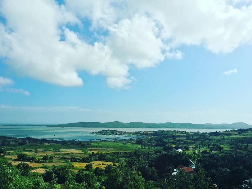 Toàn cảnh Đầm Ô Loan nước trong xanh xung quanh là những đồi cây xanh thoai thoải