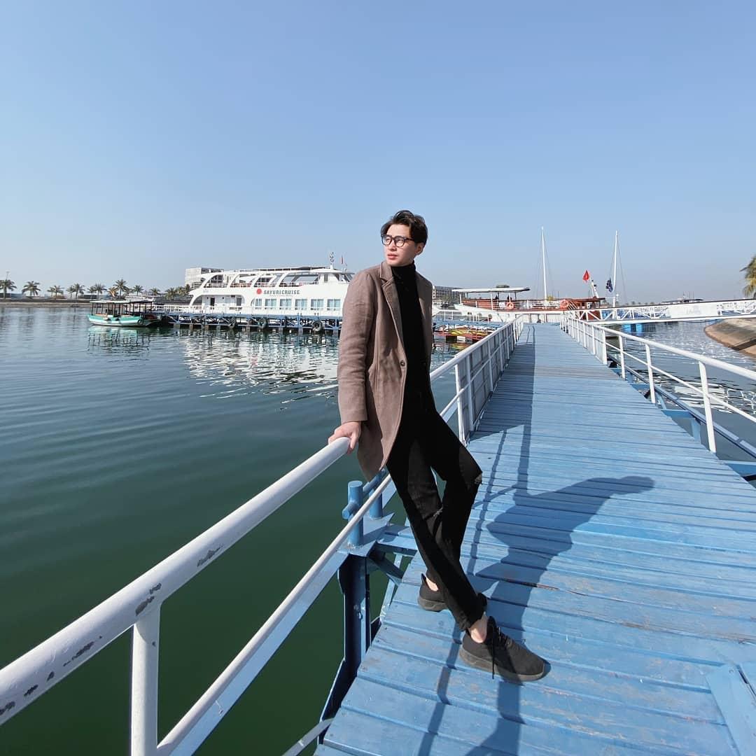 Du khách nam mặc vest đang check in tại cảng Tuần Châu