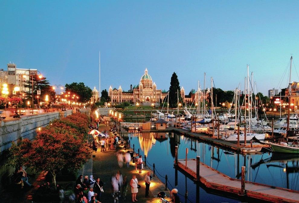 Cảng Inner Harbour có rất nhiều tàu thuyền và tấp nập người qua lại, xa xa là những toà nhà hiện đại