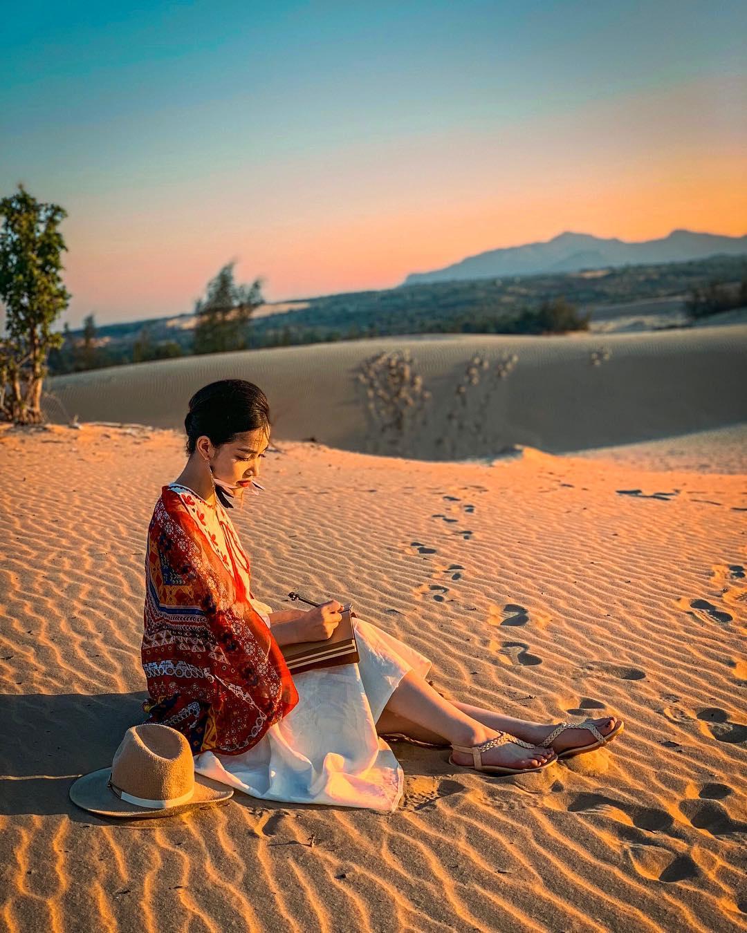 Bạn nữ chụp ảnh tại đồi cát sa mạc Nam Cương