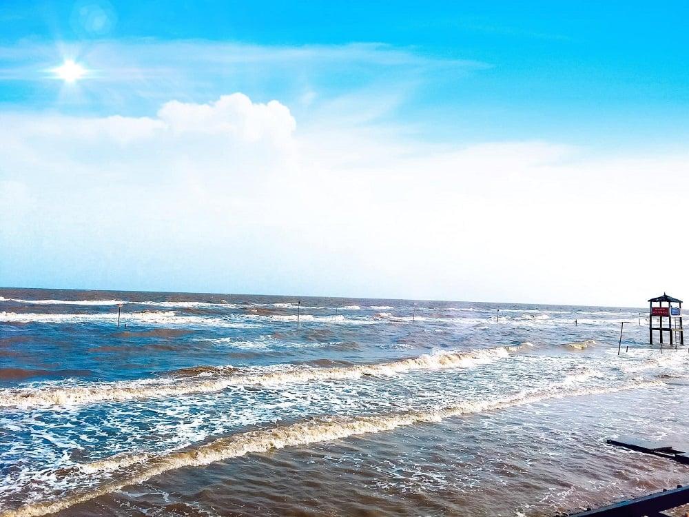 Bãi biển Cồn Bửng sóng vỗ rì rào, dồn dập, làn nước trong xanh