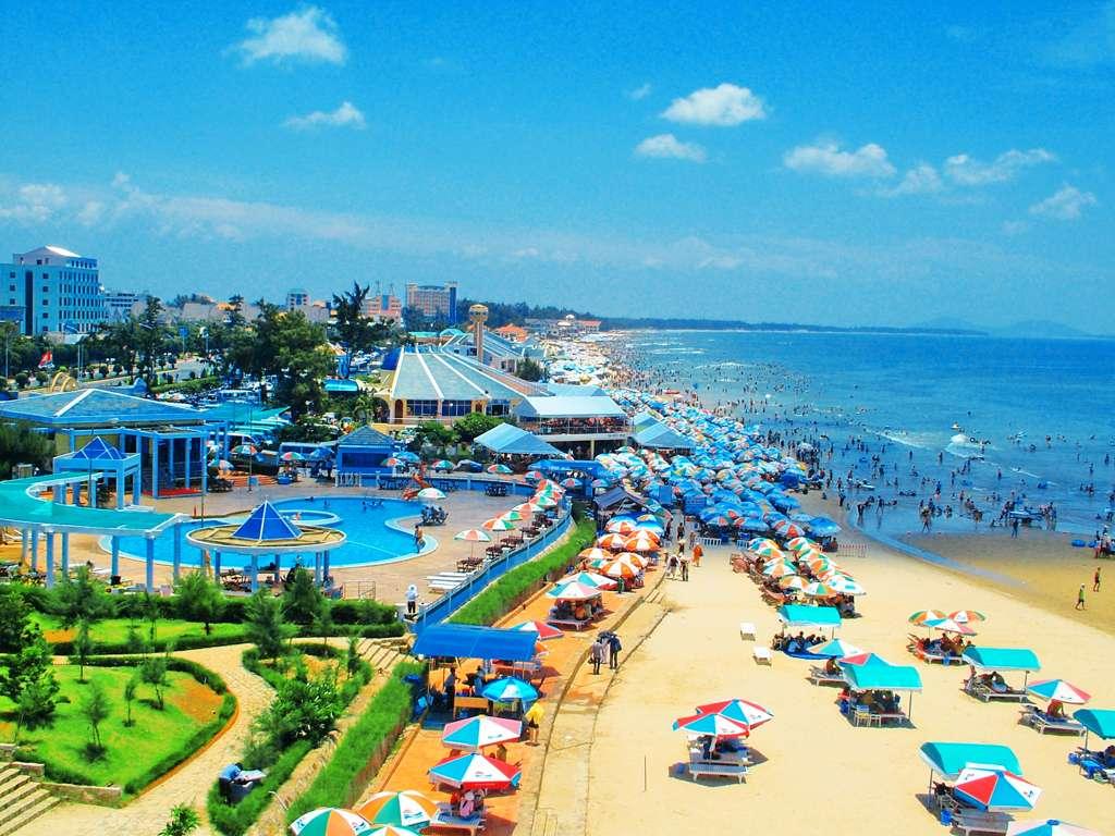 Bãi biển Vũng Tàu rất đông khách du lịch