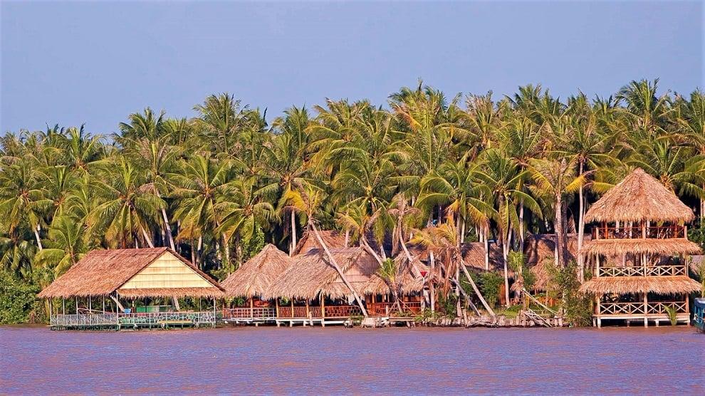 Những căn nhà chòi mái lá ven sông và khu vườn dừa nước xanh mát ở khu du lịch Làng Bè Bến Tre