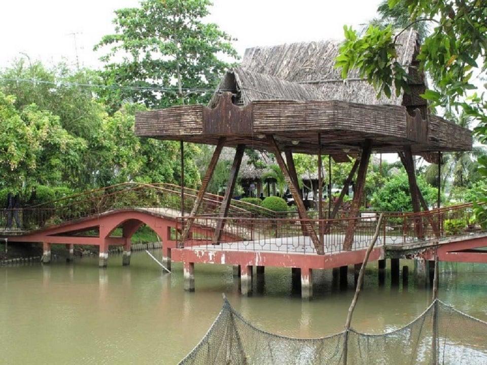 Chiếc chòi mái lá giữa sông trong vườn cây xanh mát ở khu du lịch sinh thái Cồn Quy