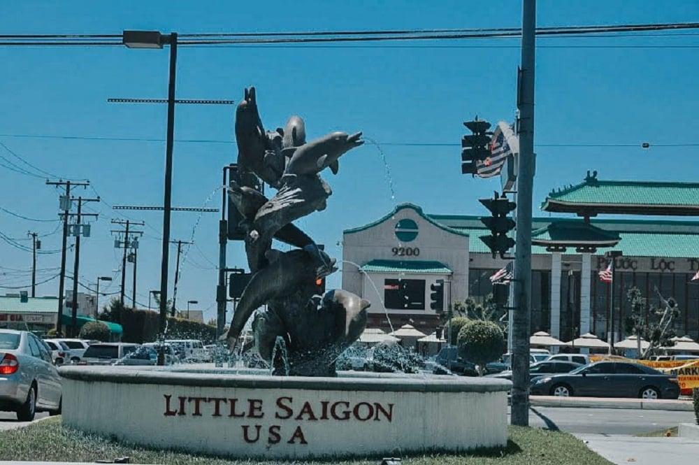 Khu phố Little Saigon tấp nập xe cộ qua lại