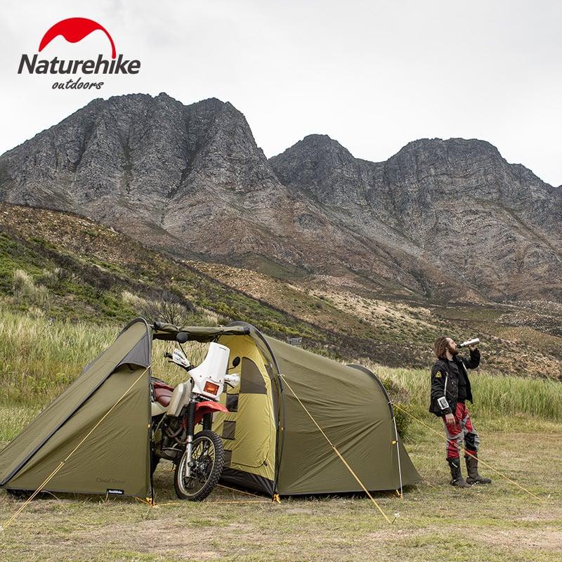 Lều có 2 phòng: phòng ngủ đã đóng kín, và phòng sinh hoạt chụng rộng, chứa được xe moto phân khối lớn