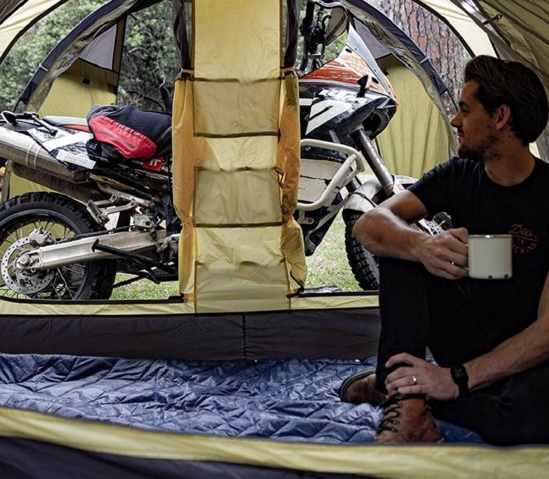 Người đàn ông ngồi uống nước, thư giãn trong phòng ngủ, phòng sinh hoạt chung để chứa đồ đạc, xe máy,...