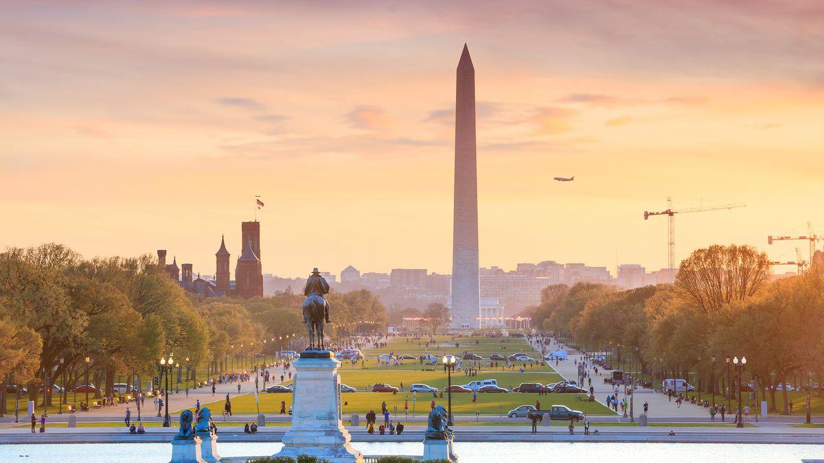Khung cảnh thành phố Washington DC của Mỹ trong ánh nắng hoàng hôn vàng rực