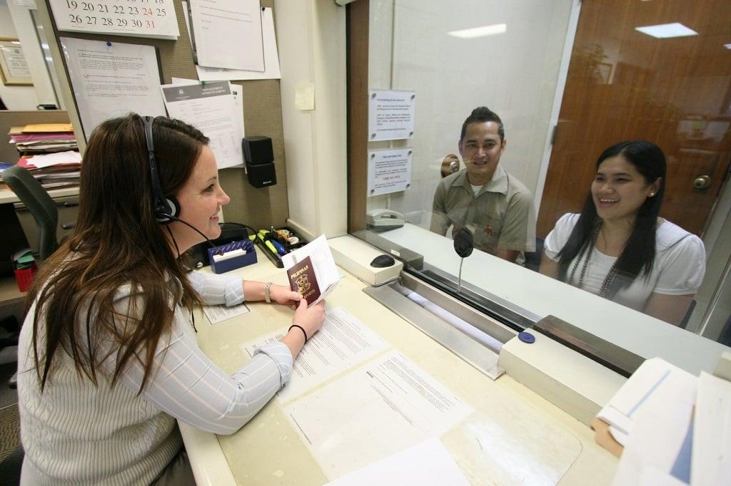 Bạn nữ đang ngồi phỏng vấn xin visa du lịch Mỹ