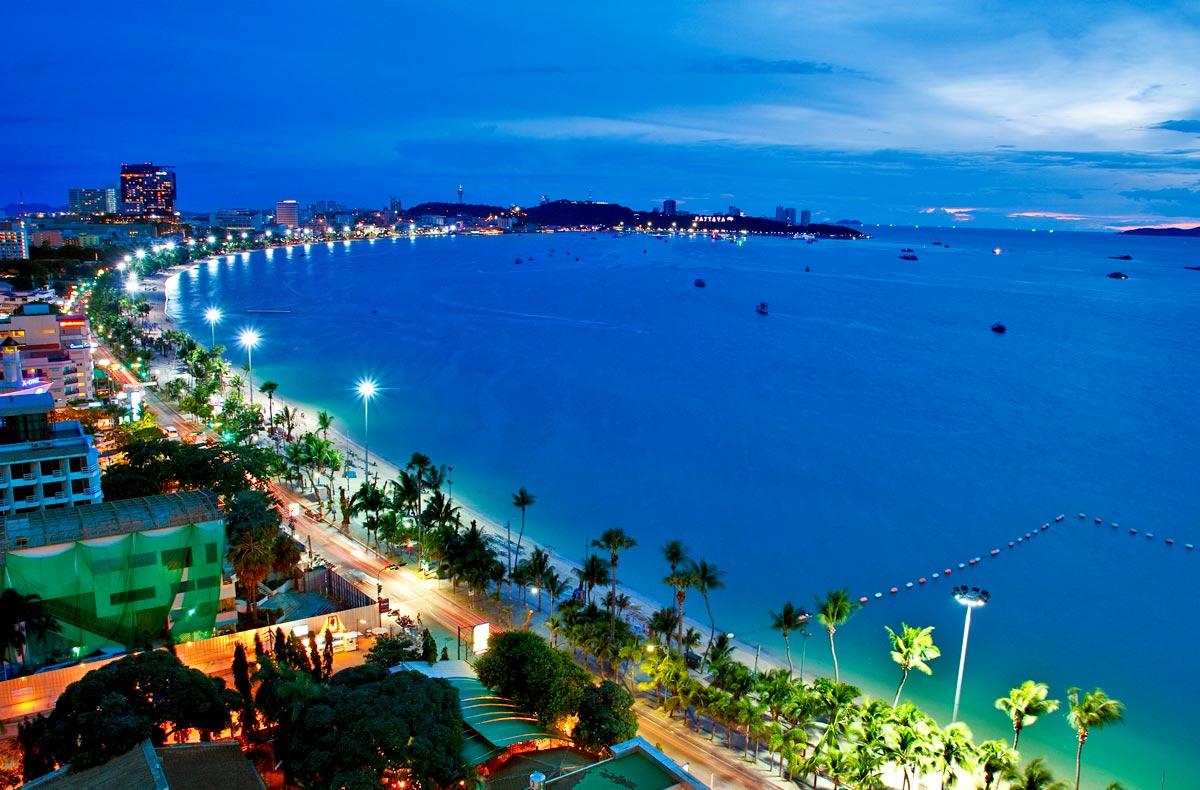 Thành phố Pattaya bên đường bờ biển dài nước xanh dưới ánh đèn đường lung linh