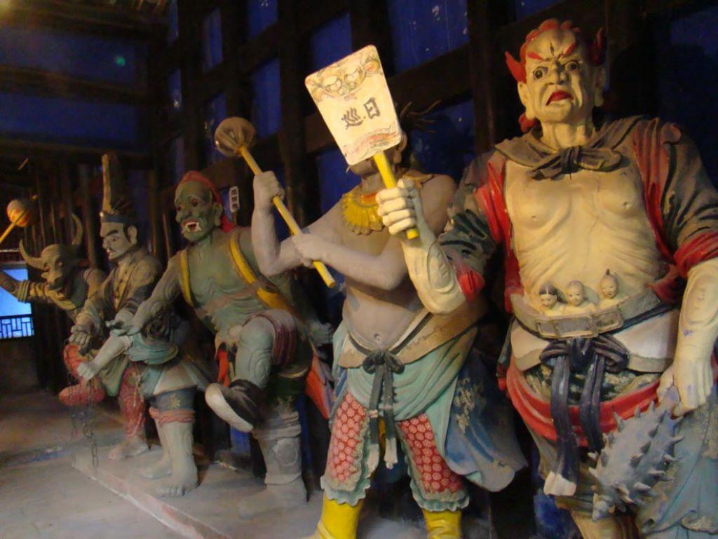 Những bức tượng ngạ quỷ hình dáng và khuôn mặt đáng sợ ở ngôi đền ở Phong Đô