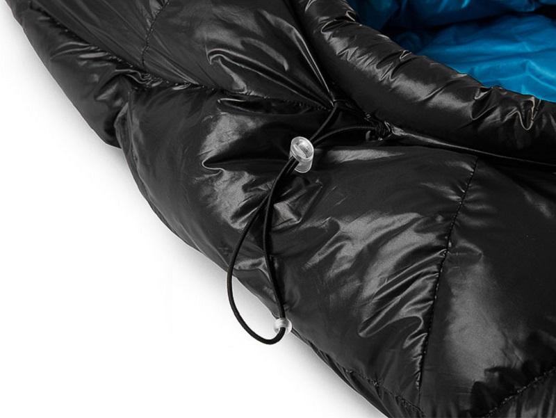 Dây rút chống thoát nhiệt được gắn ở mũ trùm đầu của túi ngủ