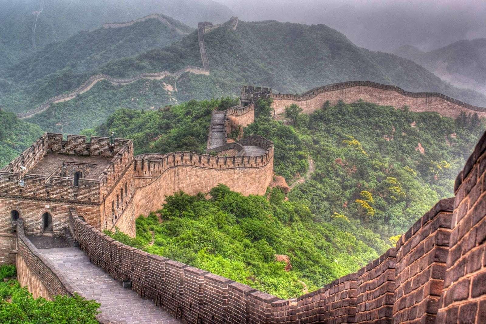Vạn Lý Trường Thành với bức tường thành dài băng qua các ngọn núi xanh trải dài vô tận