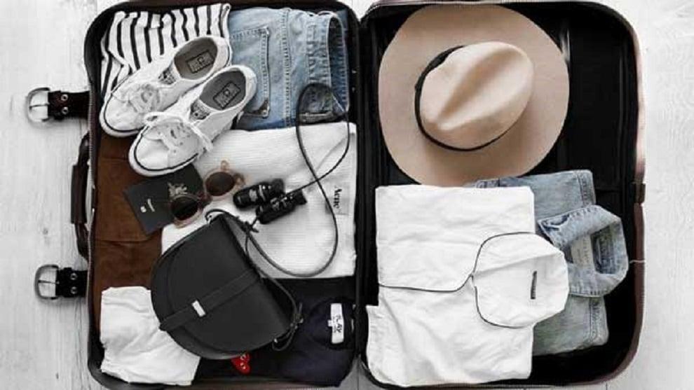 Hành lý du lịch Mỹ gồm quần áo, giày dép, kính, túi
