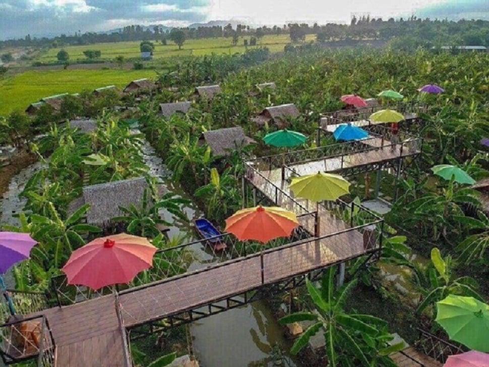 Nhìn từ trên cao, Về Nhà Homestay có bối cảnh chủ yếu là vườn cây xanh, đồng quê và nổi bật những trang trí nhiều màu sắc