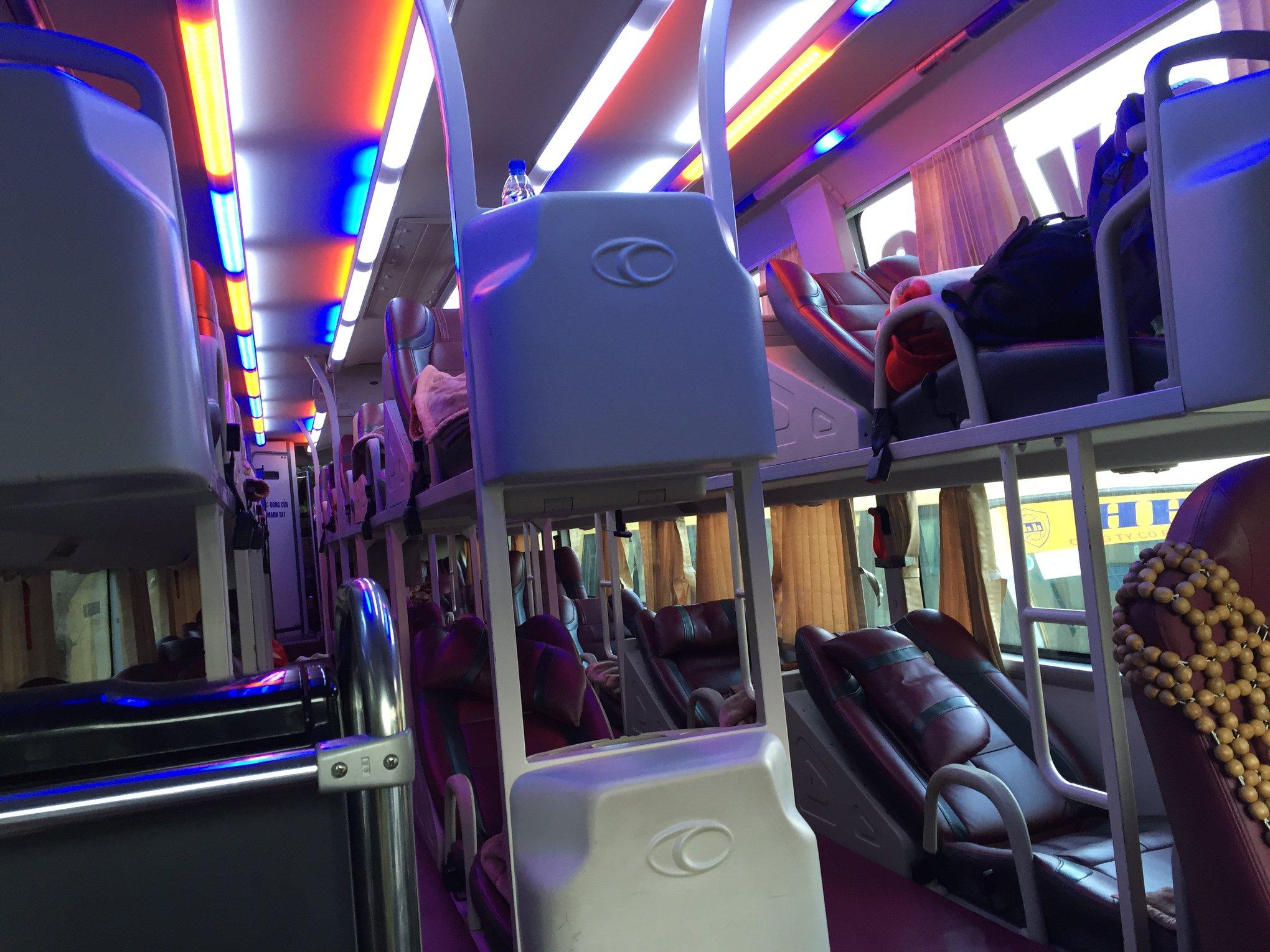 Bên trong xe Sao Vàng Hà Nội đi Sapa với những ghế giường nằm màu đỏ