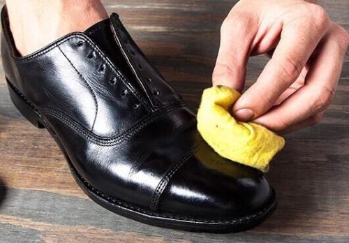 cách làm giày da hết nhăn