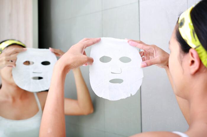 Mặt nạ giấy có thiết kế theo hình dáng khuôn mặt và được ngâm sẵn trong dung dịch dưỡng da