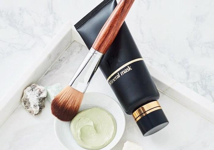 mặt nạ DHC Mineral Mask có khả năng hút bớt dầu thừa, làm sạch lỗ chân lông
