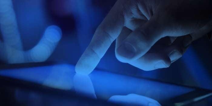 Ánh sáng xanh nhân tạo phát ra từ các thiết bị điện tử
