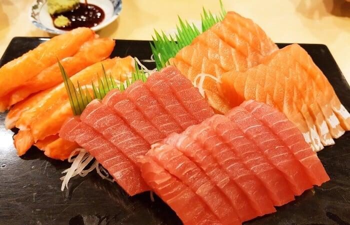 Cá hồi và cá ngừ chứa nhiều axit béo có khả năng chống lão hóa da