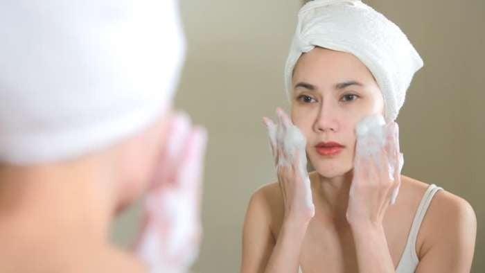 Rửa mặt để làm sạch chất bẩn, sản phẩm tẩy trang còn bám lại trên mặt
