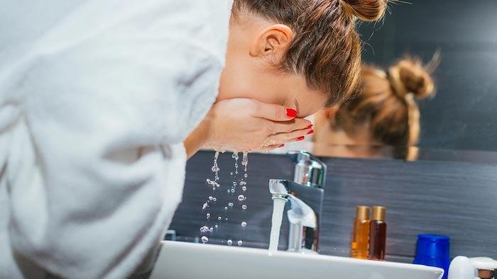 da khô nên rửa mặt bằng nước ấm