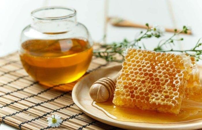 Đắp mặt nạ mật ong nguyên chất trị mụn và tăng sức đề kháng cho làn da