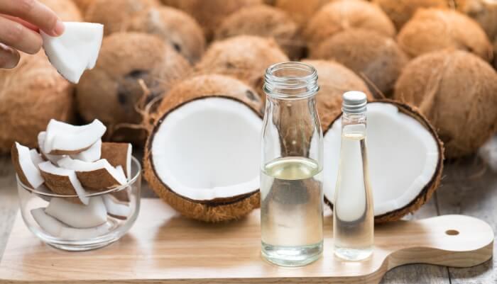 Dầu dừa vừa dưỡng ẩm vừa cải thiện màu môi