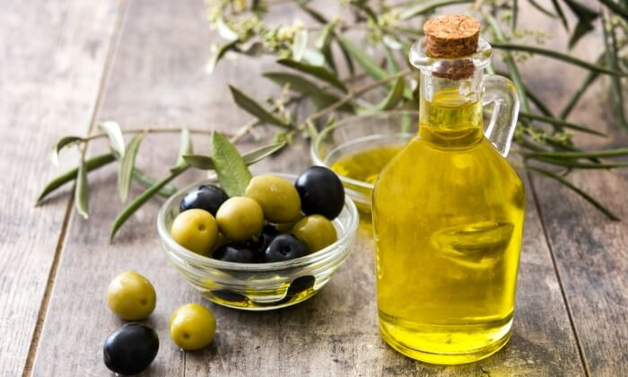 Dầu oliu chứa nhiều vitamin E dưỡng ẩm cho da khỏe mạnh