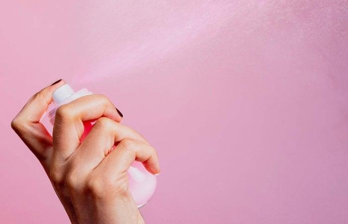 Sử dụng nước hoa hồng làm xịt khoáng để cấp ẩm mọi lúc mọi nơi cho làn da