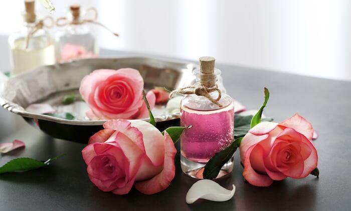 Dùng nước hoa hồng xong không nhất thiết phải rửa mặt một lần nữa