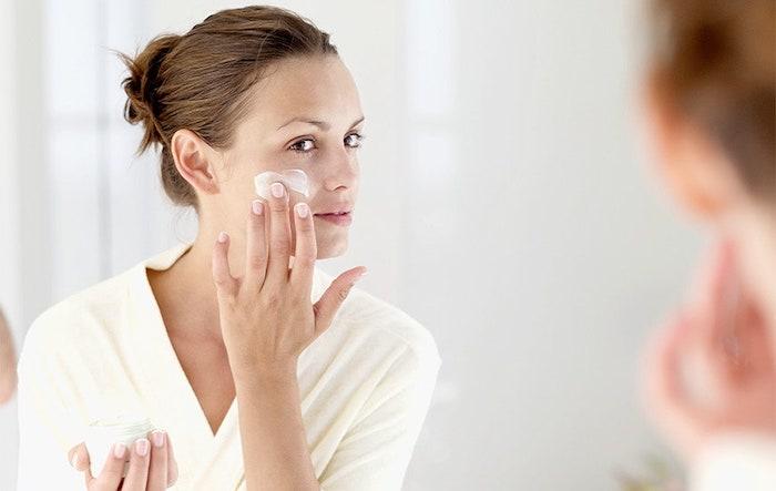 Không sử dụng thêm serum và kem dưỡng ẩm sau khi rửa mặt sẽ khiến da bạn bị khô