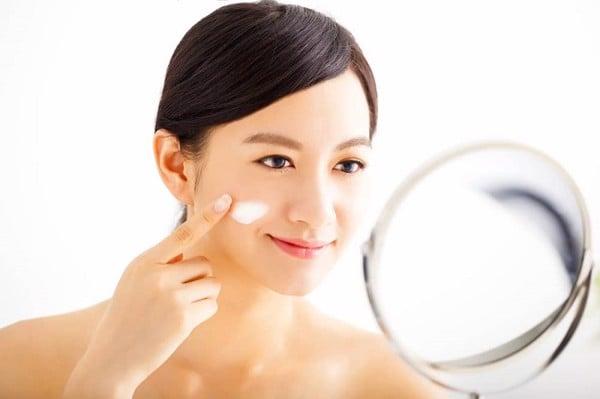 dùng kem dưỡng ẩm da mặt