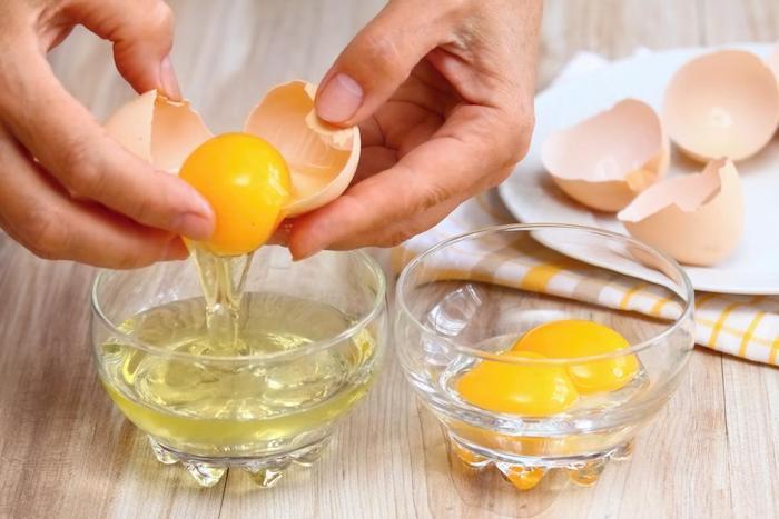 Lòng trắng trứng có khả năng điều tiết bã nhờn, cải thiện lỗ chân lông to