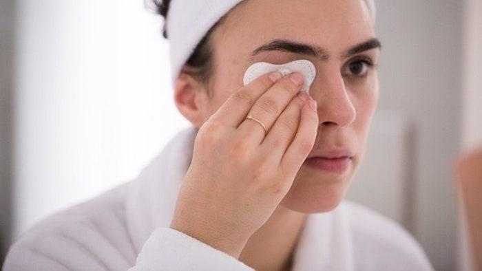 Tẩy trang thường xuyên để bụi bẩn, cặn trang điểm không có cơ hội tích tụ trên da bạn