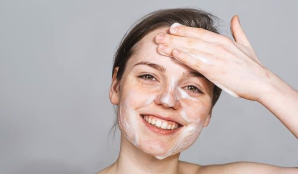 Làm sạch da với sữa rửa mặt sạch sâu