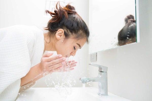Làn da không được làm sạch sẽ gây mụn và làm to lỗ chân lông