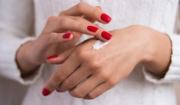 chăm sóc da tay bằng kem dưỡng