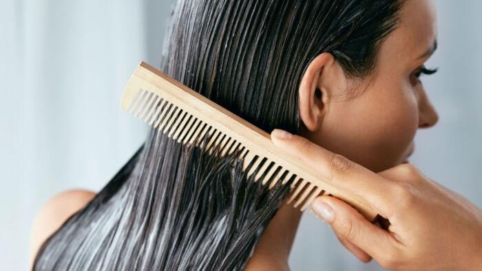 Không nên chải đầu khi tóc còn ướt nếu không muốn tóc rụng càng nhiều