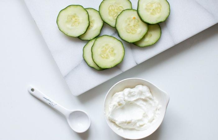 Mặt nạ dưa leo và sữa chua cấp ẩm làm dịu và dưỡng da trắng sáng