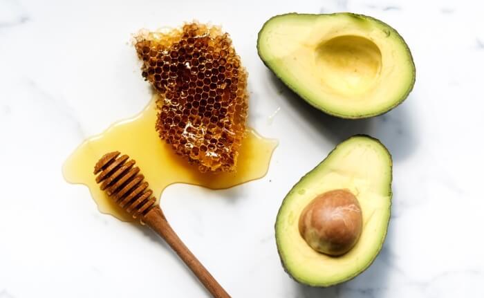 Mặt nạ từ mật ong và bơ thích hợp cho bạn gái có làn da khô tối màu