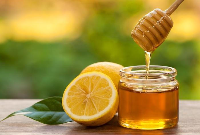 Mật ong và chanh vừa tẩy da chết, vừa dưỡng da môi hồng hào hơn